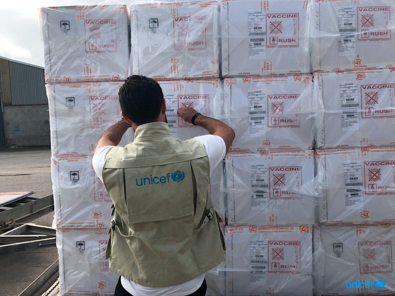 Un aereo cargo dall'UNICEF all'aeroporto Mitiga di Tripoli, in Libia con la fornitura di  dosi di vaccini contro morbillo, rosolia e polio, integratori di vitamina A, siringhe - © UNICEF/Libia