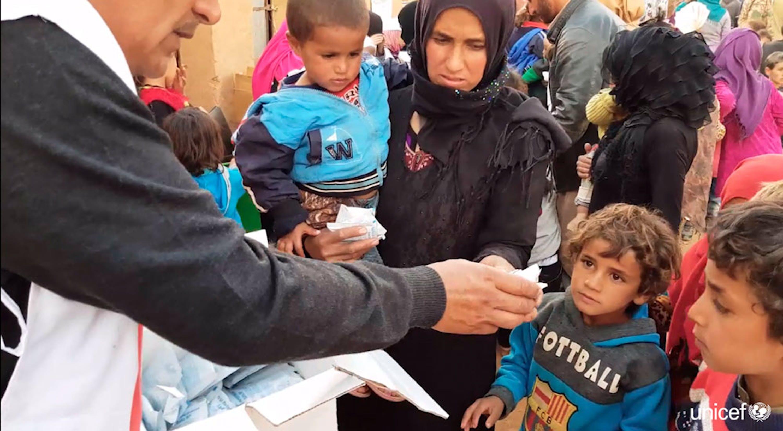 Siria -  distribuzione degli aiuti nel campo di Rukban - © UNICEF