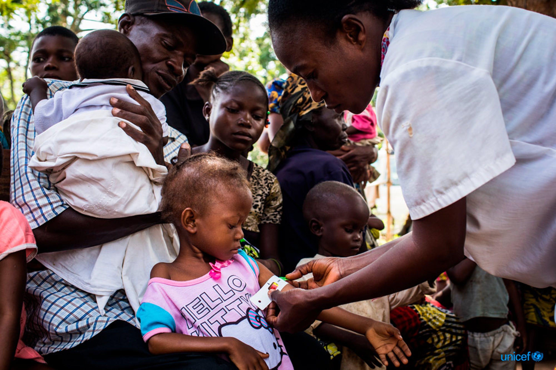 Kananga, regione di Kasaï, Repubblica Democratica del Congo. Alla Saint Martyr Health Clinic si sta svolgendo lo screening per prevenire la malnutrizione - © UNICEF/UN0157537/Tremeau