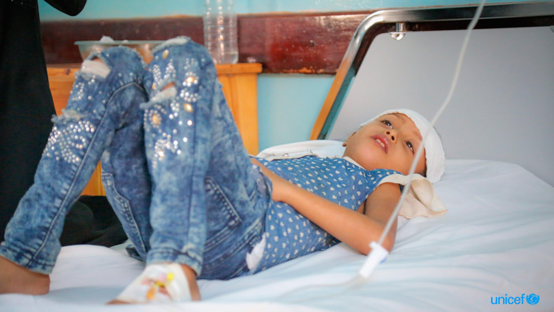 Yemen, nell'ospedale Al Thawra di Hodeidah una bambina viene curata dalla malnutrizione acuta grave. © UNICEF/UN0253573/Abdulhaleem
