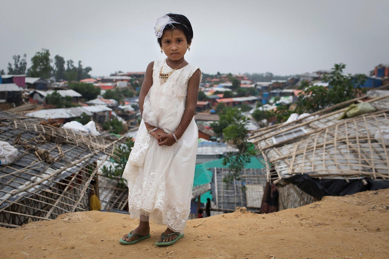 Una bambina nell'immenso campo profughi di Kutupalong-Balukhali, di gran lunga il più vasto e affollato al mondo - ©UNICEF/UN0219104/Modola