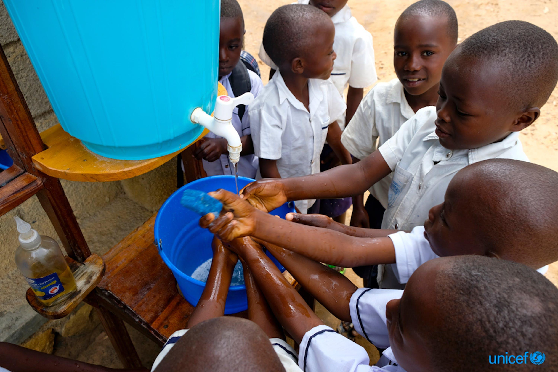 Dopo la lezione a scuola il lavaggio delle mani è una delle migliori soluzione per proteggersi dall'Ebola © UNICEF/UN0235944/Nybo