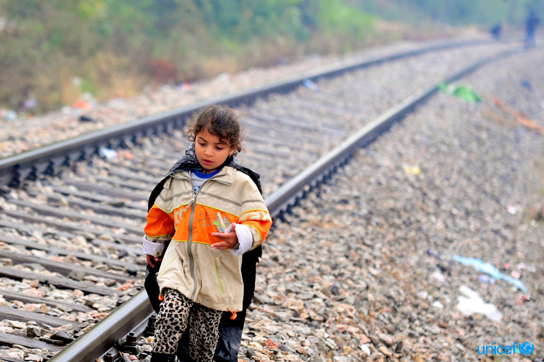 una bambina siriana cammina lungo i binari della ferrovia al confine tra Grecia ed ex repubblica jugoslava di Macedonia durante l'esodo di massa del 2015 lungo la rotta balcanica - ©UNICEF/UNI196239/Georgiev