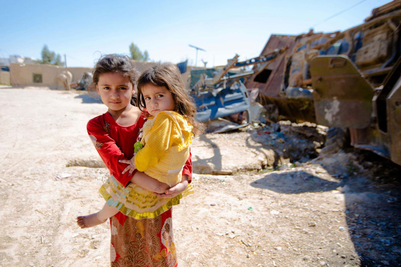 Due bambine appena vaccinate dall'UNICEF in Afghanistan, marzo 2018. Nei primi 9 mesi dell'anno, sono stati ben 5.000 i bambini uccisi o mutilati nel paese asiatico, quanti nell'intero 2017 - ©UNICEF/UN0202778/Hibbert