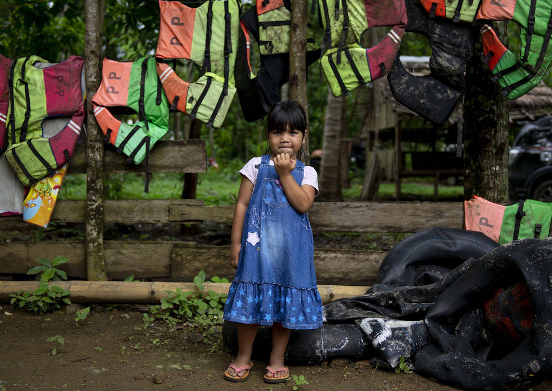 Akila, 4 anni. La sua abitazione dista appena 100 metri dalla spiaggia del villaggio di Tamanjaya, nel distretto costiero più colpito dallo tsunami del 22 dicembre - ©UNICEF/UN0268092/Wilander