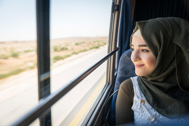 Siba, 18 anni, rifugiata siriana, sul bus che la porta dal campo profughi di Za'atari (Giordania) a un'attività di formazione professionale organizzata dall'UNICEF - ©UNICEF/UN0216407/Herwig