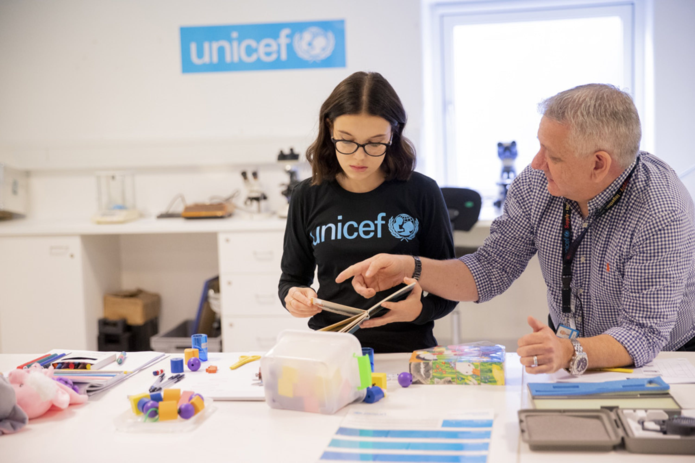 Millie Bobby Brown durante la visita alla UNICEF Supply Division a Copenaghen (Danimarca). Accanto a lei Stuart Turner, responsabile Controllo di qualità del centro logistico - ©UNICEF Supply