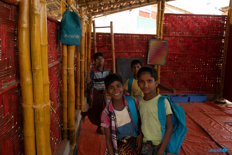 Alcuni bambini rifugiati Rohingya all'interno di un centro per l'apprendimento  realizzato con  materiali resistenti ai monsoni, nel campo di Jamtoli, nel distretto di Cox's Bazar, in Bangladesh - © UNICEF/UN0205115/Sokol