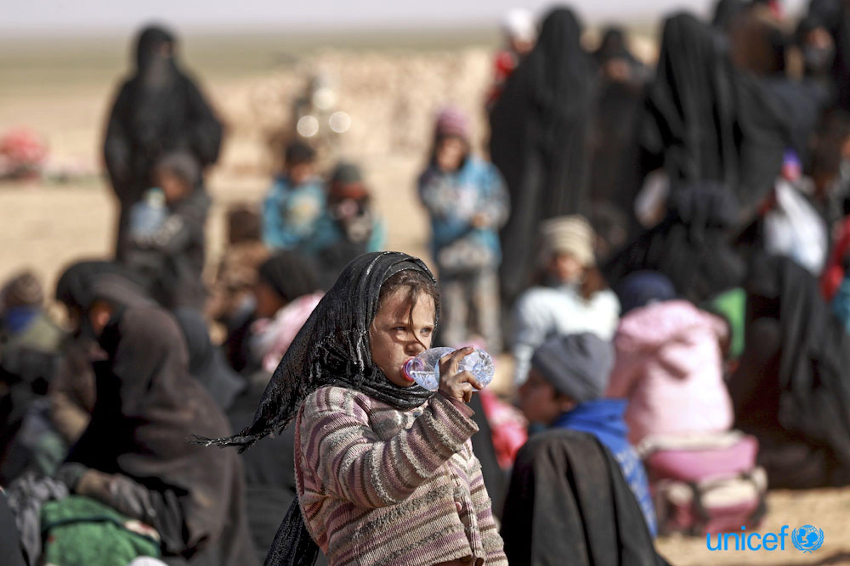 Un gruppo di famiglie con i loro pochi averi nel villaggio di Baghoz, nei pressi di Hajin, prima di affrontare un lungo e durissimo viaggio verso la salvezza, 300 km. a nord - ©UNICEF/UN0277712/Souleiman