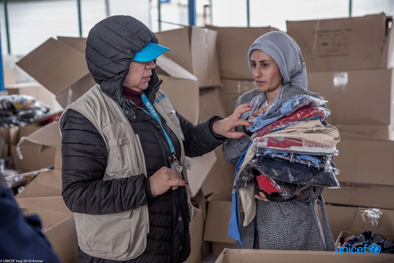 Distribuzione di indumenti invernali in un campo per rifugiati in Iraq - © UNICEF/UN0162503/Anmar