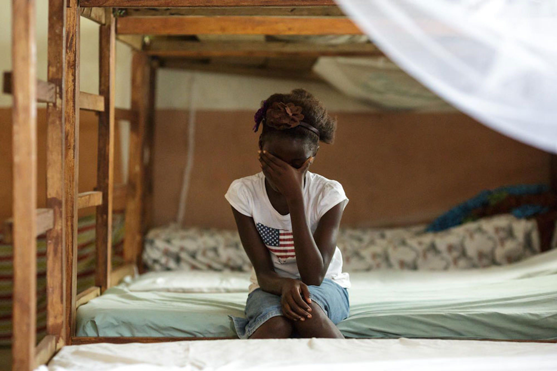 Rebecca, 10 anni, ospite di una casa-famiglia sostenuta dall'UNICEF in Sierra Leone, è fuggita di casa per non diventare una praticante di mutilazioni genitali femminili, come voleva sua madre - ©UNICEF/UNI150843/Asselin