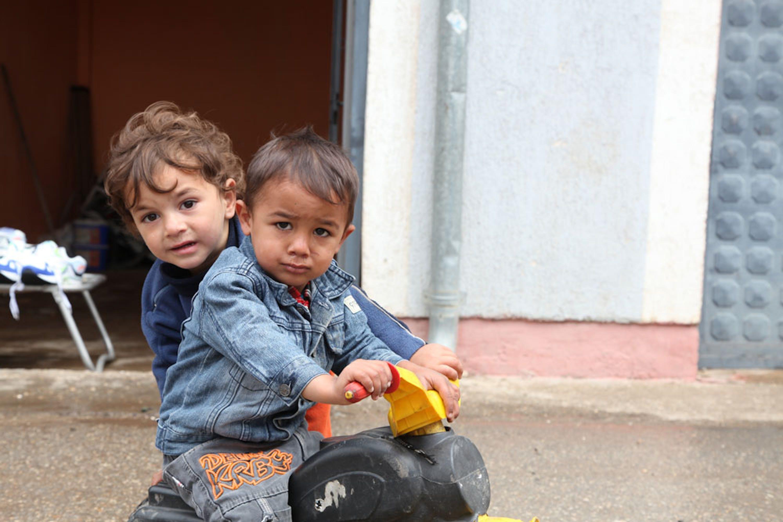 Bambini di etnia Rom a Pristina, capitale del Kosovo - ©UNICEF/UN040812/Pirozzi