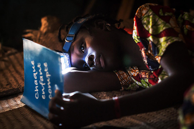 In un villaggio del Mali Koumberé, 12 anni, ripassa la sua lezione prima di addormentarsi. Koumberé è uno dei tanti bambini che l'UNICEF aiuta a proseguire gli studi dopo che la sua scuola è stata chiusa a causa del conflitto - ©UNICEF/UN0238530
