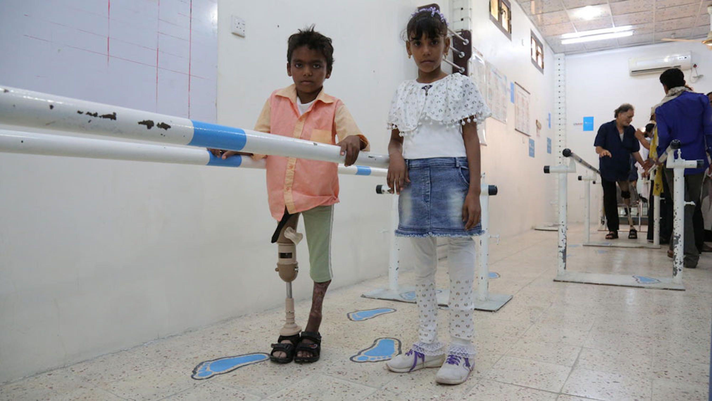 Bambini assistiti presso il Centro per le Protesi e Fisioterapia di Aden (Yemen), struttura finanziata dall'UNICEF. Sono quasi 4.400 i bambini mutilati o feriti in 4 anni di guerra - ©UNICEF/UN0263087/Abdulhaleem