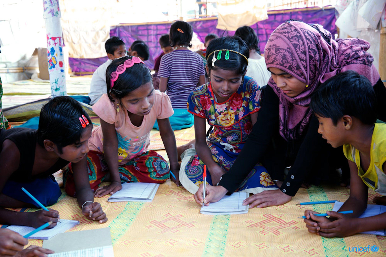 Bangladesh, alcuni bambini rifugiati Rohingya in un centro di apprendimento sostenuto dall'UNICEF nell'insediamento di fortuna di Balukhali a Ukhia, Cox's Bazar © UNICEF/UN0158138/Sujan