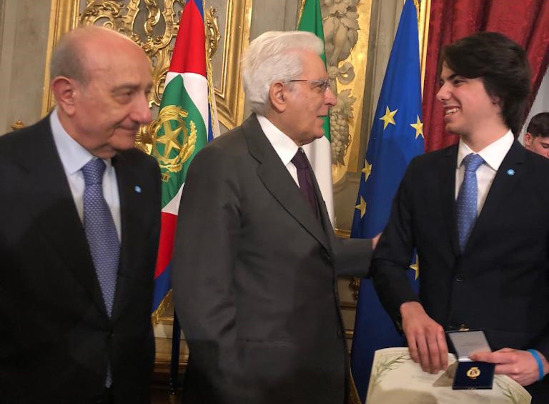 Il presendente dell'UNICEF Francesco Samengo, il president Mattarella e il volontario Jacopo Cavagna durante la consegna dell'attestato d'onore di Alfiere della Repubblica - ©Quirinale