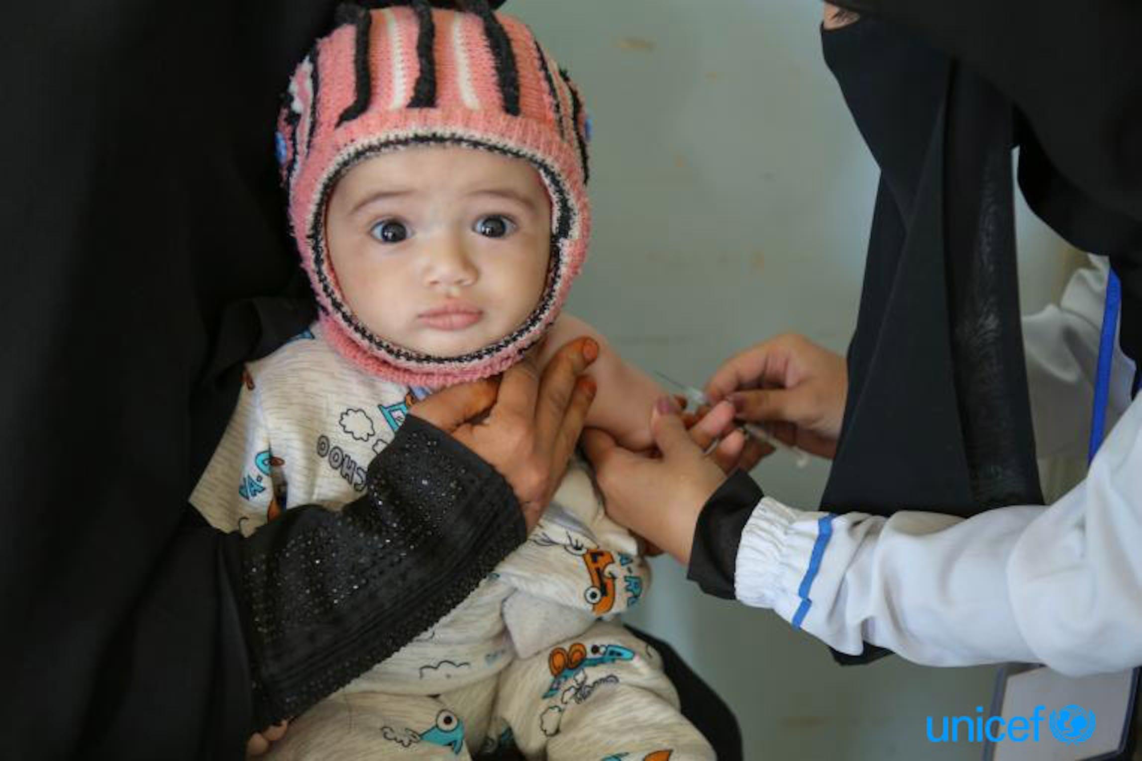 Un bambino vaccinato contro morbillo e rosolia a Sanaa (Yemen) - ©UNICEF/UN0284441/Alaidroos