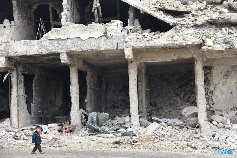 Un bambino cammina tra le rovine di Aleppo © UNICEF/UN0287092/Grove Hermansen