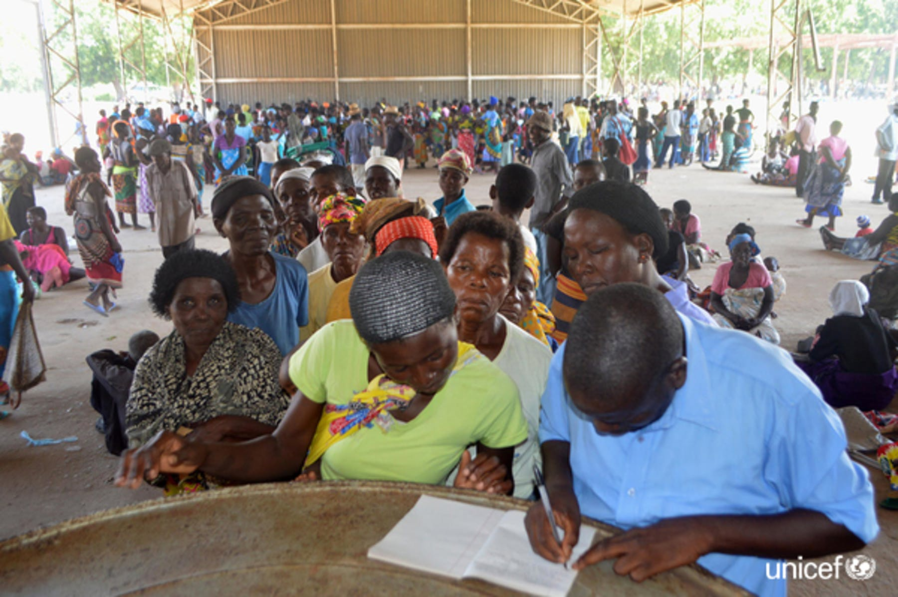 Malawi . Distribuzione dellezanzariere trattate con inzetticida nel campo Bangula Admarc a Nsanje © UNICEF/UN0288667/Phwitiko