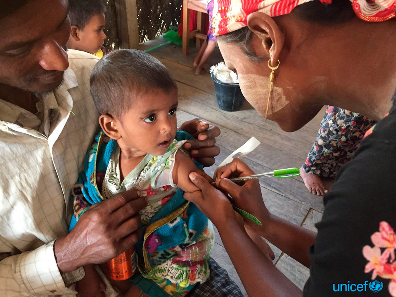 Mamarofik (a destra), 41 anni, ha portato sua figlia di 18 mesi Rajidabibi, in un centro nutrizionale ambulatoriale sostenuto dall'UNICEF nel campo Khaung Doke Khar a Sittwe, nello stato di Rakhine © UNICEF/UN0155427/Mercado