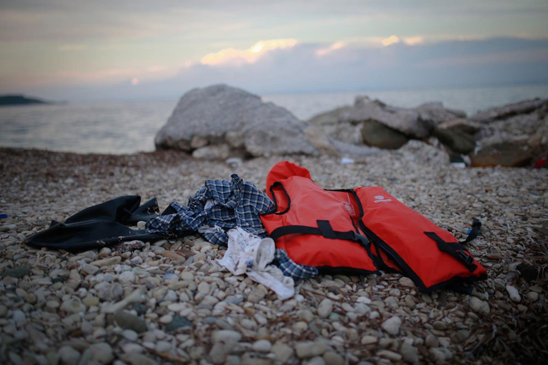 Abiti e un salvagente abbandonati su una spiaggia di Lesbo (Grecia) - ©UNICEF/UNI200266/Nybo