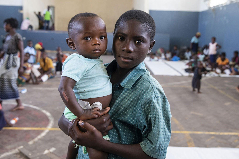 Il piccolo Anderson in braccio a papà Felice Antonio: sono centinaia le famiglie che hanno trovato riparo nella palestra della scuola