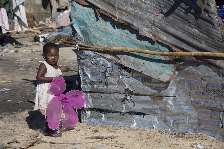 Una bambina in un quartiere di Beira (Mozambico) devastato dal ciclone Idai - ©UNICEF/UN0291851/Prinsloo