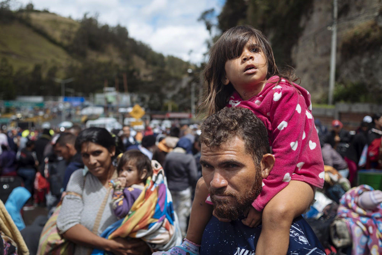 Rumichaca, confine tra Colombia e Ecuador. La piccola Laila (3 anni) sulle spalle di papà José Ramon, pescatore venezuelano in viaggio con la famiglia verso Quito (Ecuador) in cerca di lavoro - ©UNICEF/UN0247721/Arcos