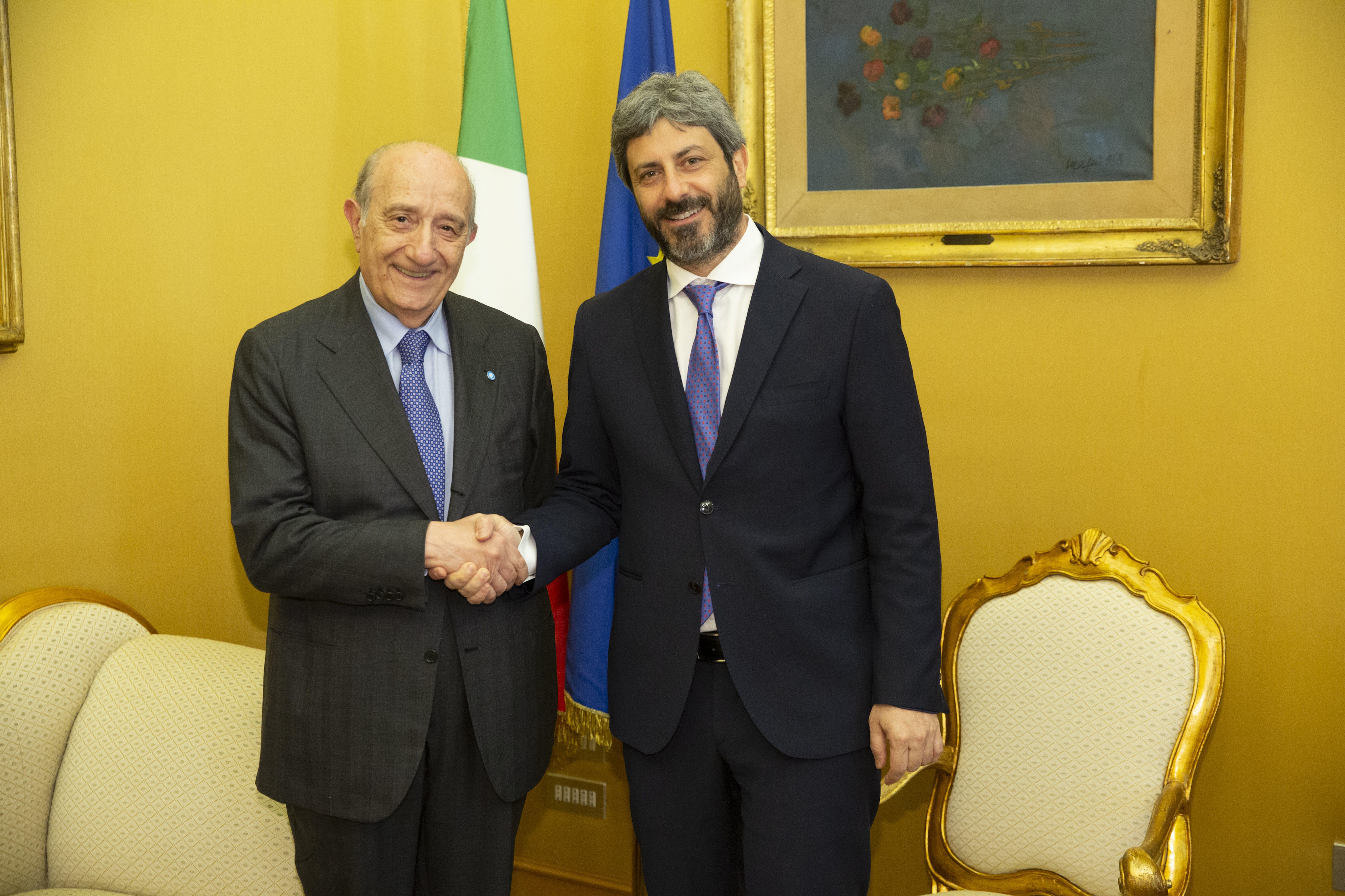 La stretta di mano tra il Presidente dell'UNICEF Italia Francesco Samengo e il Presidente della Camera dei Deputati Roberto Fico - ©UNICEF Italia/2019