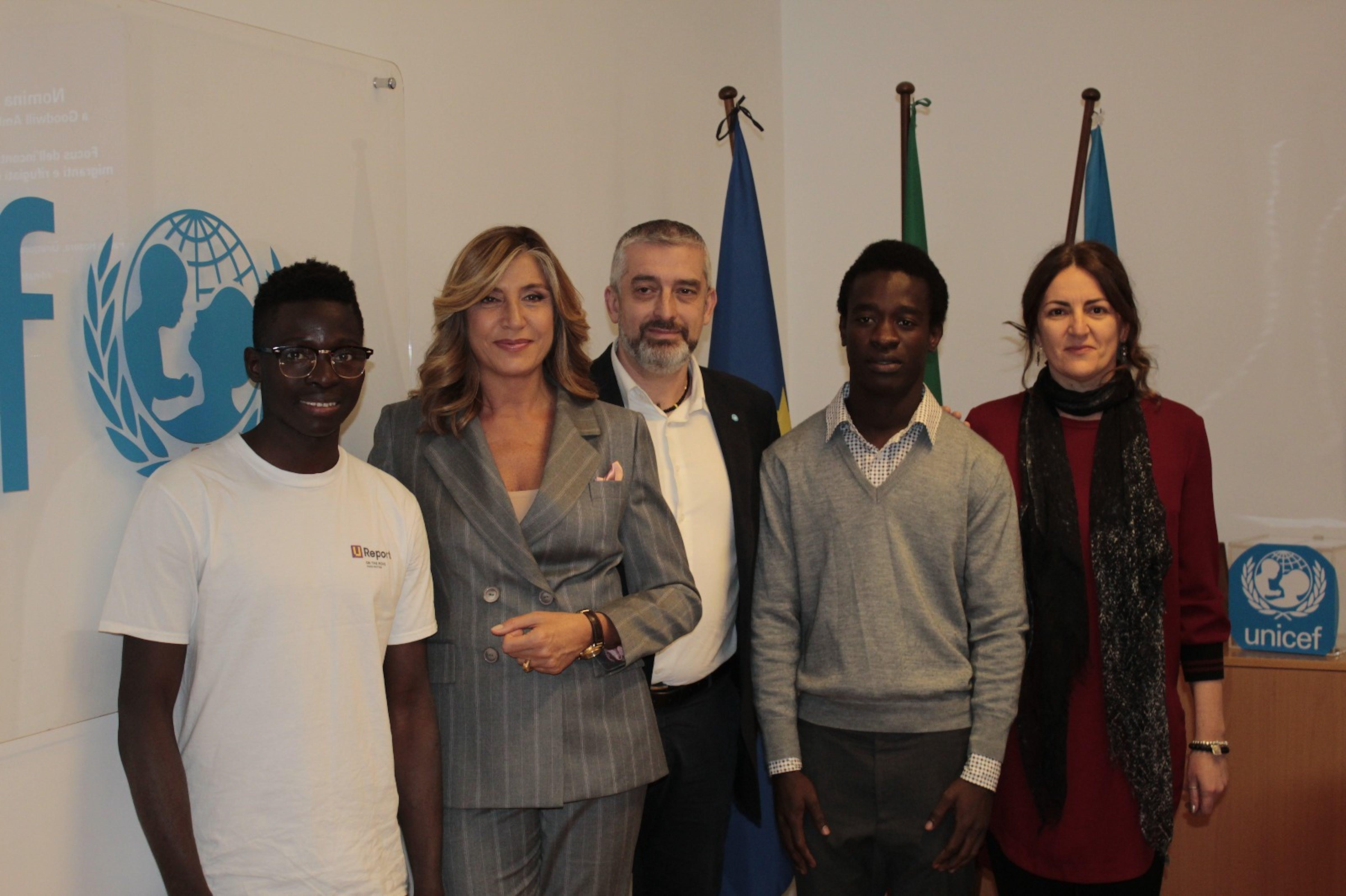 Myrta Merlino con il Direttore UNICEF Paolo Rozera, la coordinatrice del programma UNICEF per i minori migranti in Italia, Anna Riatti, e i due