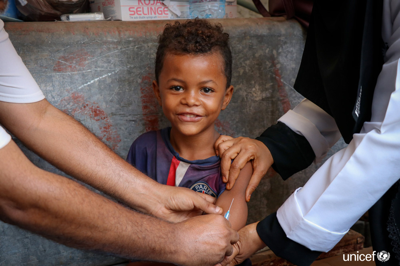 Un bambino di Aden (Yemen) riceve una dose di vaccino contro morbillo e rosolia, due malattie infettive particolarmente contagiose in situazioni di crisi umanitaria - © UNICEF/UN0284427/Fadhel