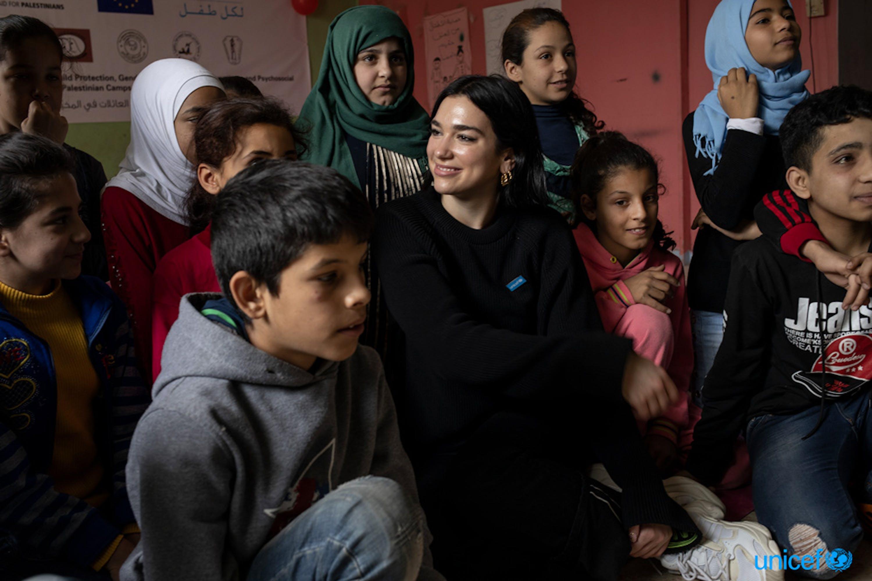 La pop star e testimonial dell'UNICEF Dua Lipa visita i bambini presso l'associazione Najedh, una ONG locale, nel campo palestinese di Bourj el Barajneh a Beirut in Libano - © UNICEF/UN0299626/Modola