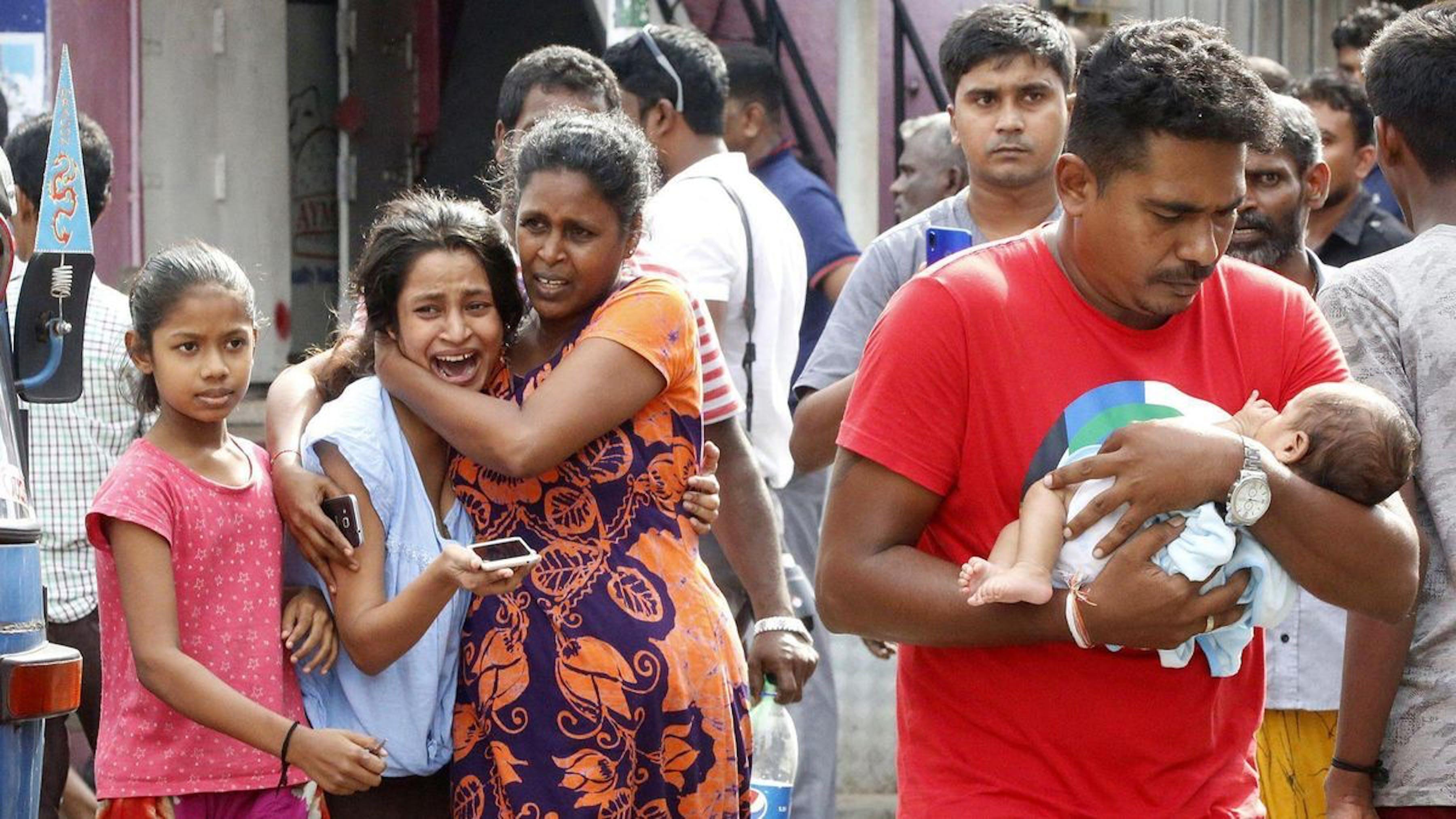 Civili evacuati durante un allarme attentato in una strada di Colombo, capitale dello Sri Lanka - ©M.A. Pushpa Kumara/EPA/REX/Shutterstock