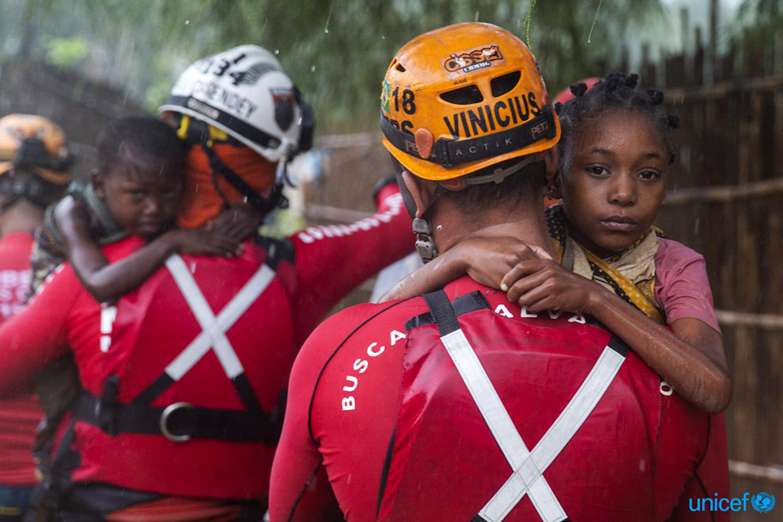 Bambini tratti in salvo da un contingente di soccorritori brasiliani nella città di Pemba (Mozambico), colpita dal ciclone Kenneth - ©UNICEF/UN0306047/De Wet