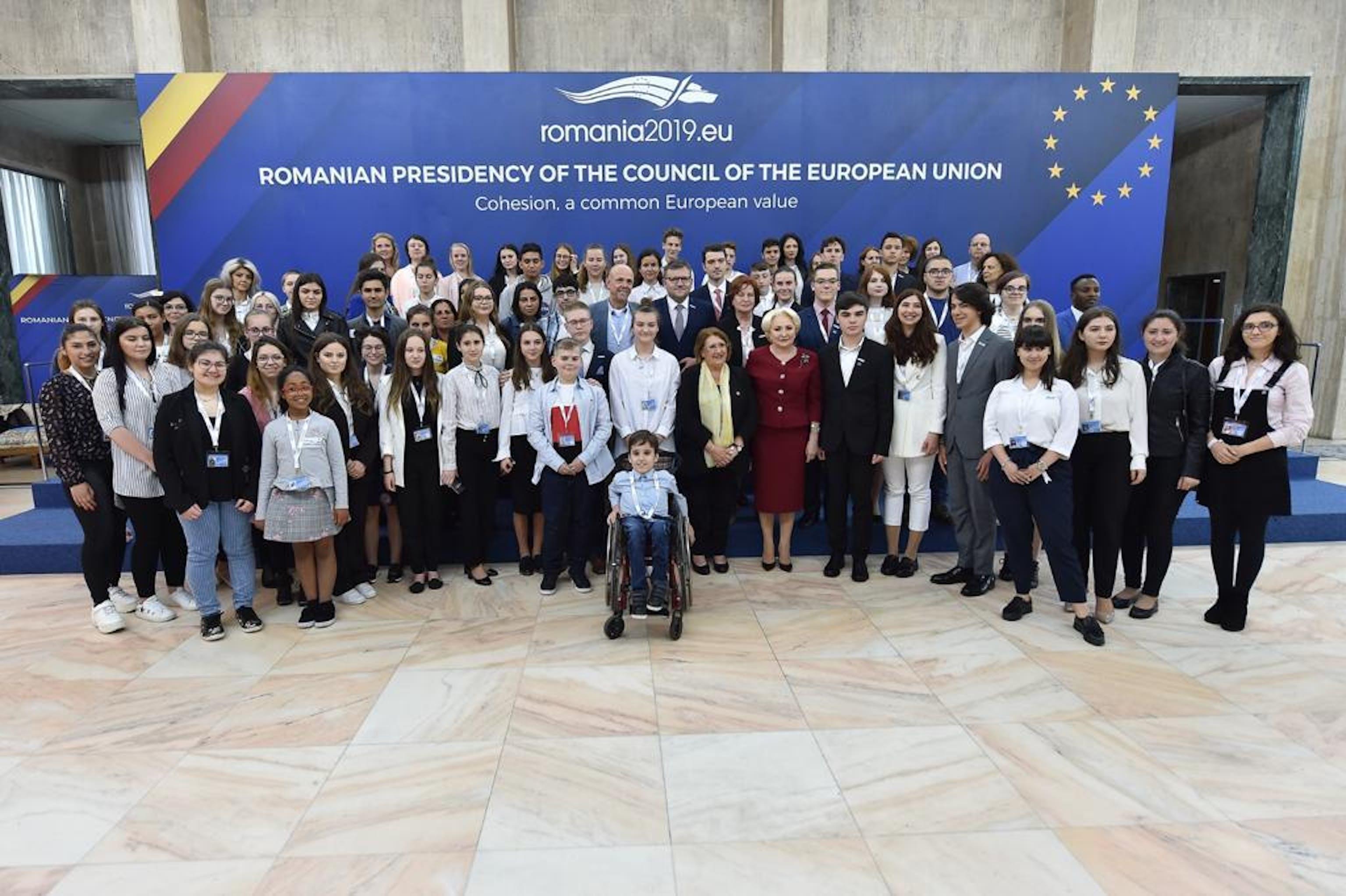 I giovani partecipanti al meeting di Bucarest insieme al premier della Romania Viorica Dancila