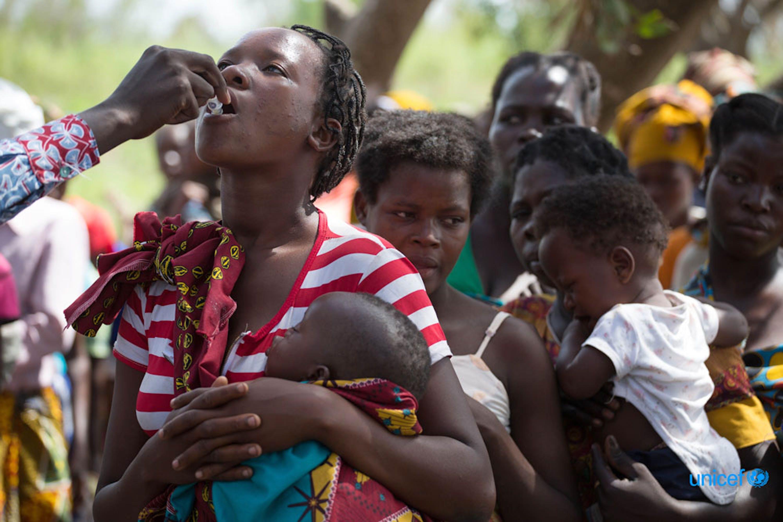 Mozambico, una donna e un bambino ricevono il vaccino per il colera in un centro di accoglienza a Nhamatanda © UNICEF/MOZA2019/James Oatway