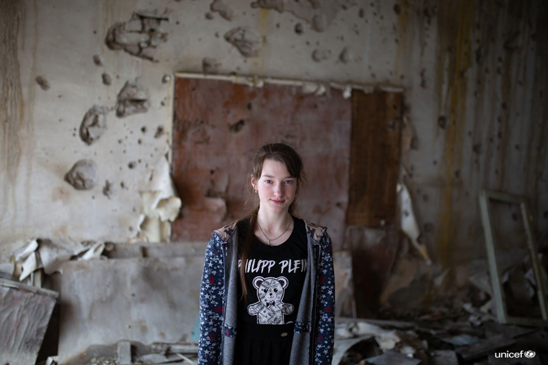 Ucraina - Sonia, una studente di 14 anni nella classe della sua scuola distrutta dalla guerra  - © UNICEF/UN0312564/Filippov