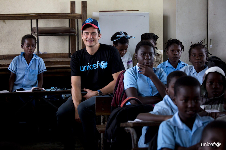 L'Ambasciatore di buona volontà Orlando Bloom incontra gli studenti alla scuola primaria del 12 ottobre. La scuola fu parzialmente distrutta da Cyclone Idai - © UNICEF/UN0316803/Prinsloo