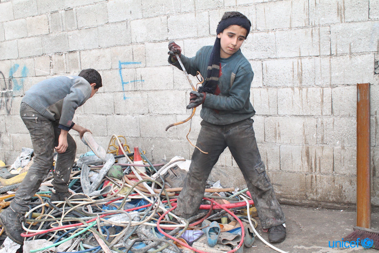 Le osservazioni sul campo e le informazioni disponibili mostrano che i bambini siriani sono coinvolti in alcune delle peggiori forme di lavoro minorile. © UNICEF/UN0154134/Noorani