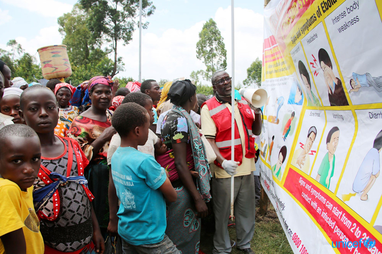 Uganda - un volontario della Croce Rossa insegna alla persone che provengono dalla Repubblica Democratica del Congo sui pericoli dell'ebola usando uno striscione fornito dall'UNICEF  nella città di confine di Bunagana, Uganda-RDC, © UNICEF/UN0307815/Adriko
