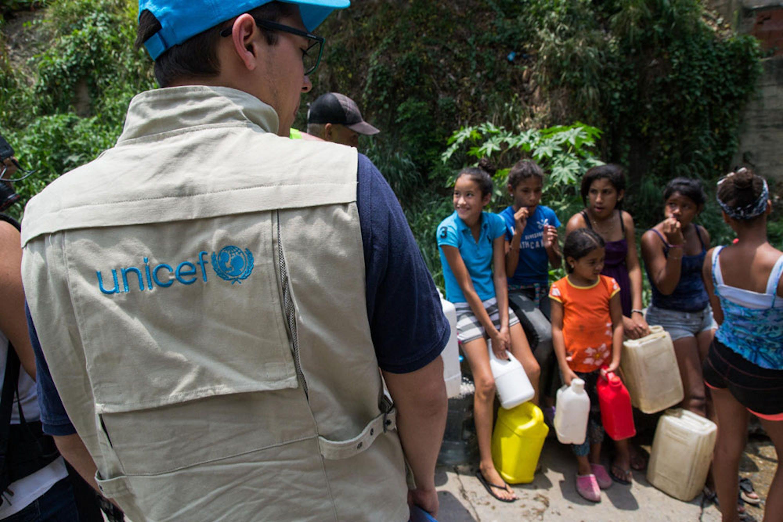 In Venezuela per milioni di bambini l'accesso a un'acqua sicura è ostacolato dalle carenze nella manutenzione e dai ripetuti black-out - ©UNICEF/UN0310958/Vera
