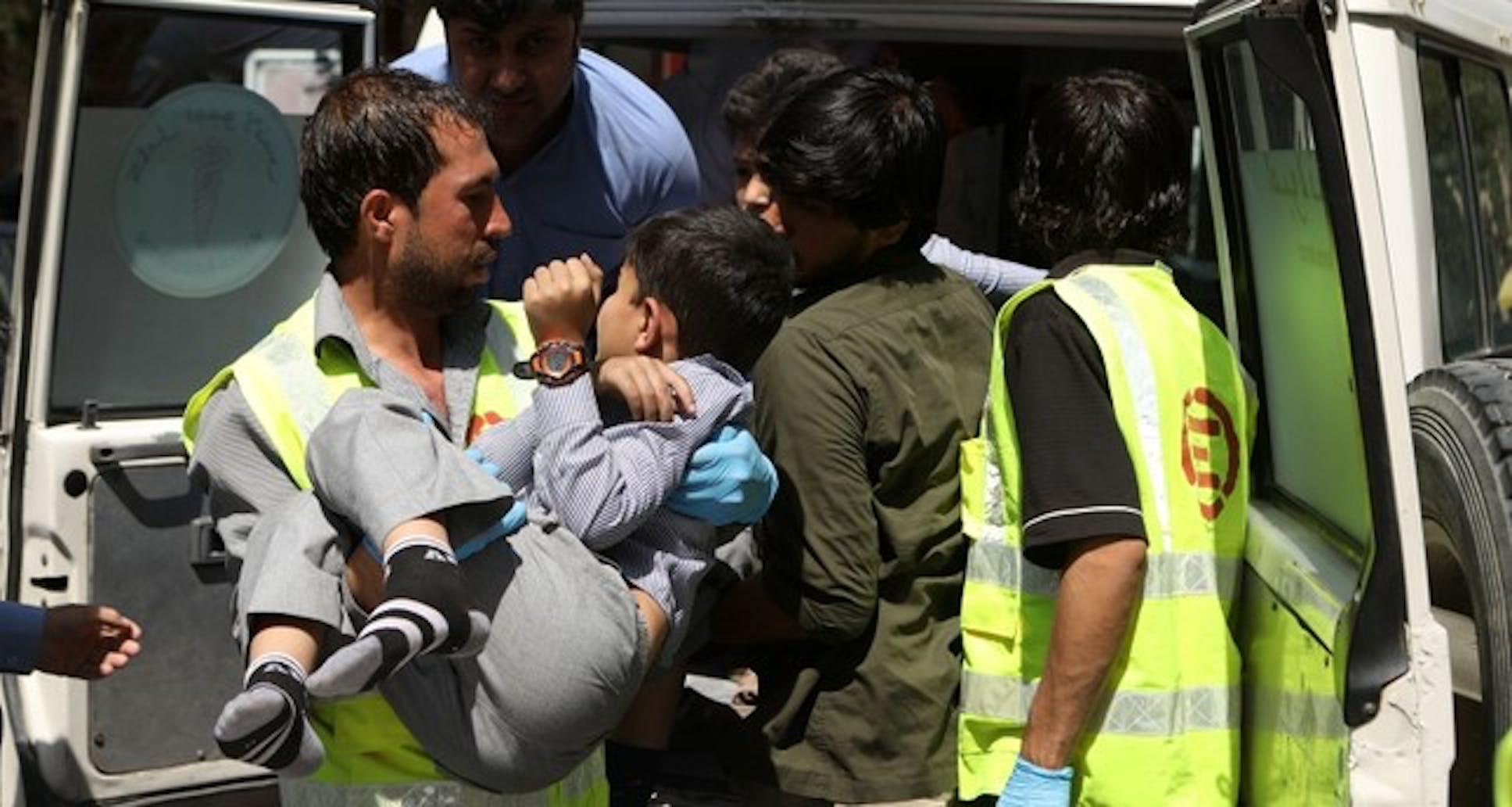 Uno dei bambini feriti nell'attentato di Kabul - ©AP Photo