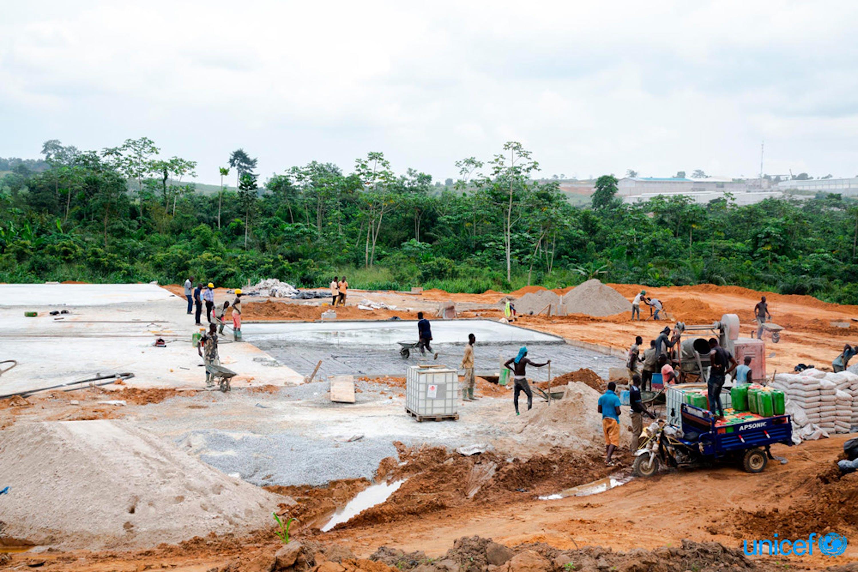 Costruzione della prima fabbrica di mattoni di plastica nell'Africa occidentale a Youpougon, un sobborgo di Abidjan, la capitale della Costa d'Avorio © UNICEF/UN0331050/Diarassouba