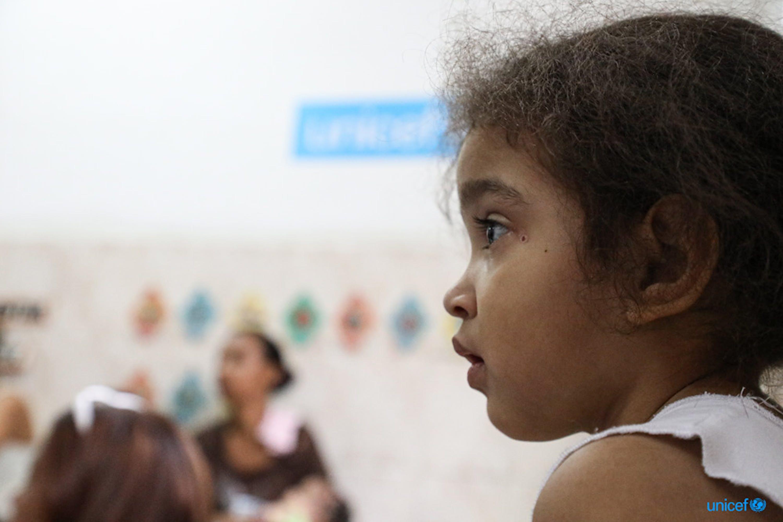 Nella scuola El Carmen, alla periferia di Caracas un gruppo di bambini disegna e gioca, la scuola offre anche attività di sviluppo della prima infanzia © UNICEF/UN0330424/Moreno Gonzalez