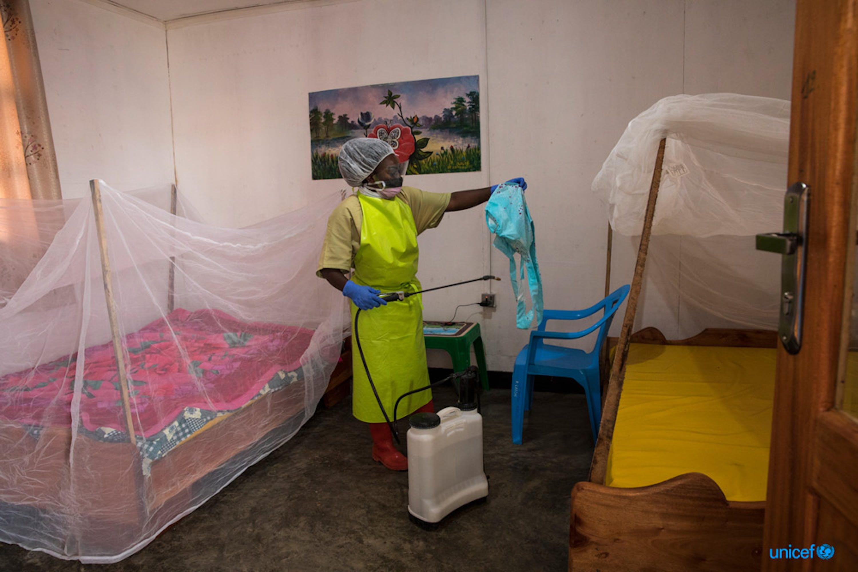 Repubblica Democratica del Congo, un igienista disinfetta il Katwa Child Care Center, a Butembo, nel Kivu settentrionale© UNICEF/UN0335217/Perret, UN Photo