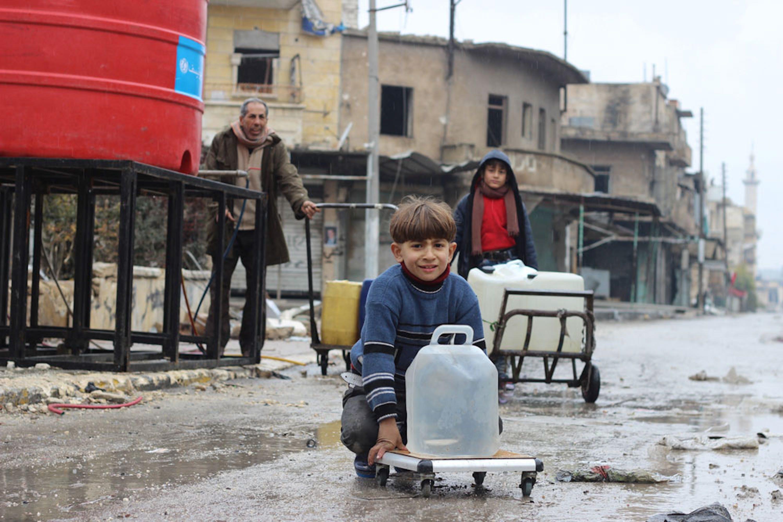 Una cisterna di acqua potabile installata dall'UNICEF a Shakoor, quartiere di Aleppo (Siria), uno dei più tragici teatri di guerra degli ultimi anni - ©UNICEF/UN046880/Al Issa