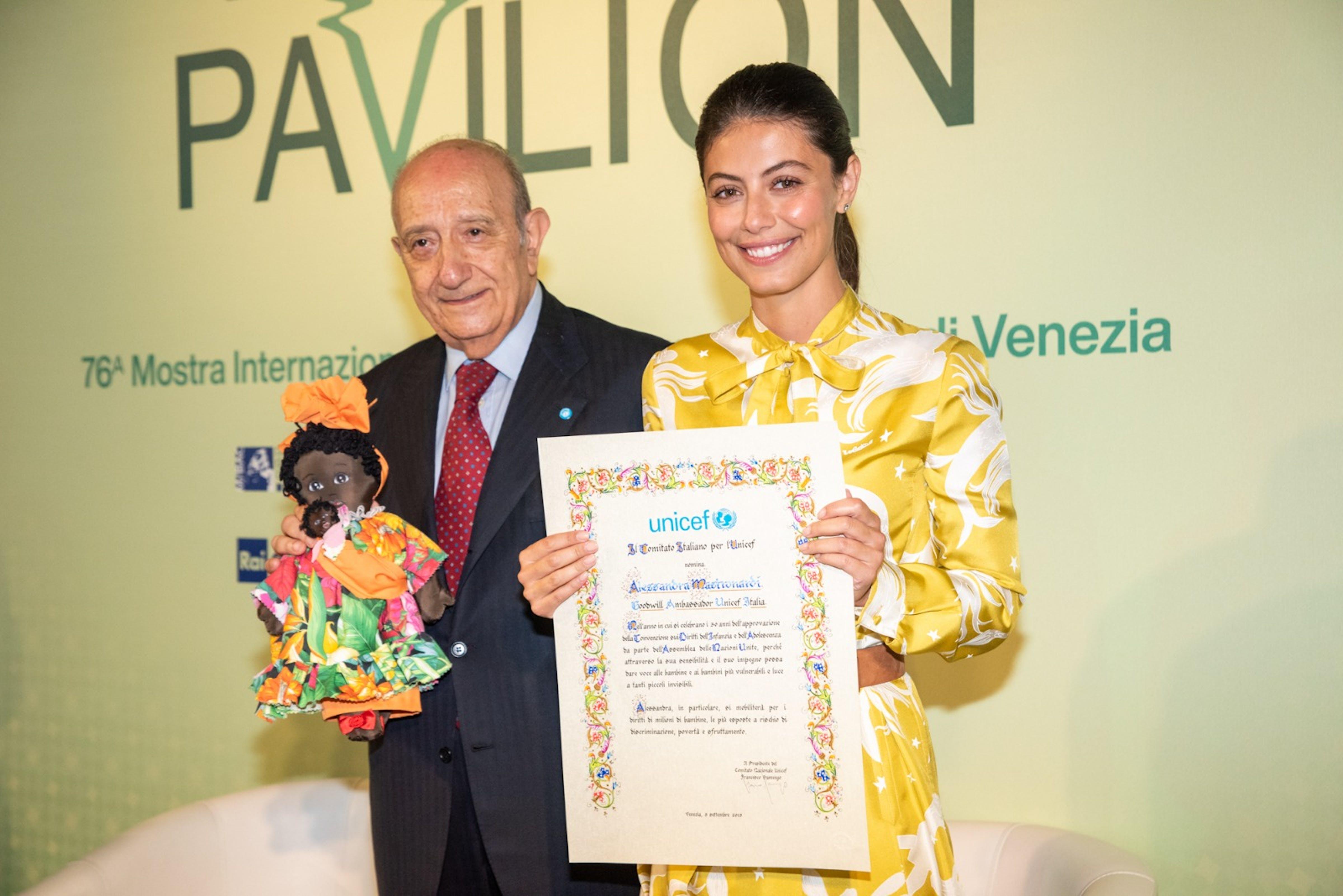 La consegna dell'attestato di nomina a Goodwill Ambassador da parte del presidente dell'UNICEF Italia F. Samengo ad Alessandra Mastronardi - ©Giacomo Cosua per UNICEF Italia/2019