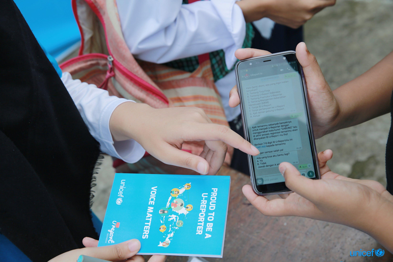 Indonesia, Rizka dimostra come essere U-Reporter e diventare agente di cambiamento utilizzando l'applicazione WhatsApp. © UNICEF/UN0272127/Akbar Junior