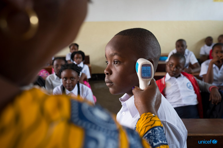 Jacqueline Maga Znigire, vicedirettore della Volcano School of Goma, capitale della provincia del Nord Kivu, Repubblica Democratica del Congo, istruisce gli studenti che frequentano il primo giorno di scuola su come proteggersi dall'ebola.