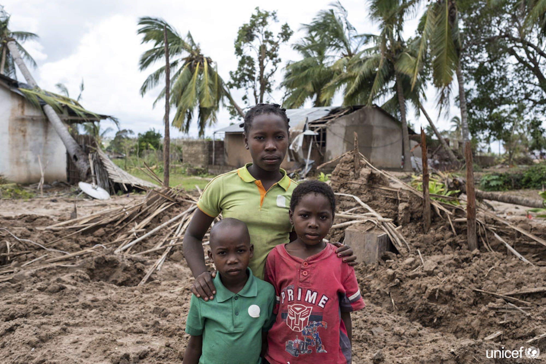 Joana Inacio (13 anni), Maisinha (8) e Inaciao (6) vivono a Macomia, un'area del Mozambico colpita duramente dal ciclone Kenneth, che ha raso al suolo la loro casa - ©UNICEF/UN0308581/De Wet